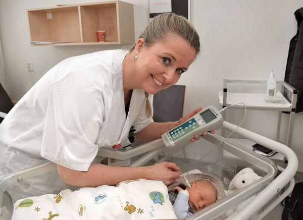 SCREENING AV HØRSEL. Barnepleier Rita Kojen ved St. Olavs hospital vet av egen erfaring hvor viktig det er å avdekke hørselstap tidlig i livet.