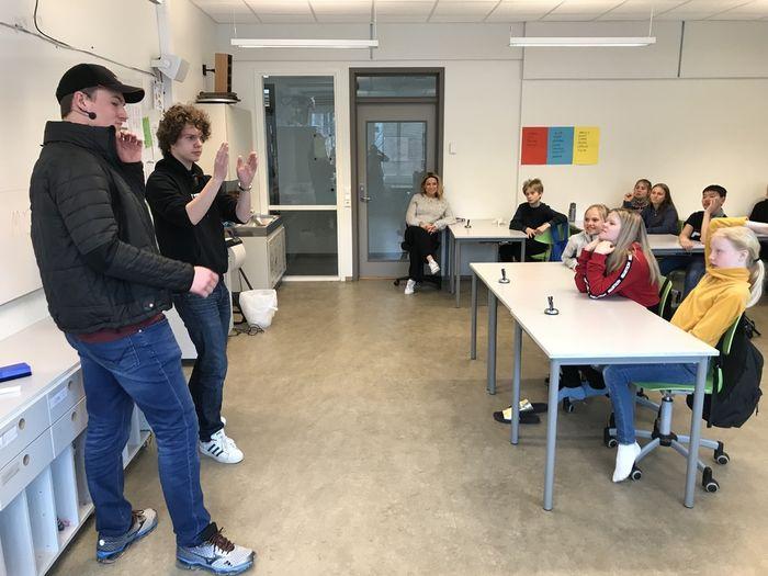 ENGASJERTE. Bjørn-Inge W. Hidle og Lars Kristian Østmo Sundland fra HLF Briskeby videregående skole engasjerte sjetteklassingene ved Bondi skole i Asker