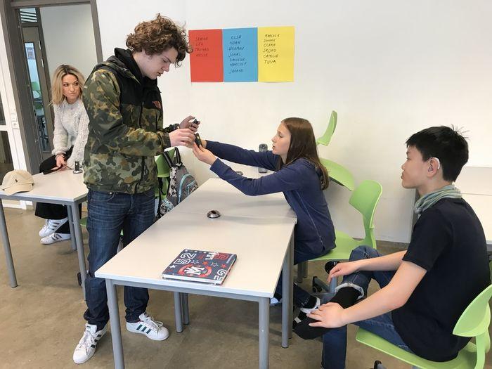 MIKROFONSJEKK. Clara viser Briskeby-elev Bjørn-Inge hvordan mikrofonene skal brukes for at Marcus skal få optimal lyd.
