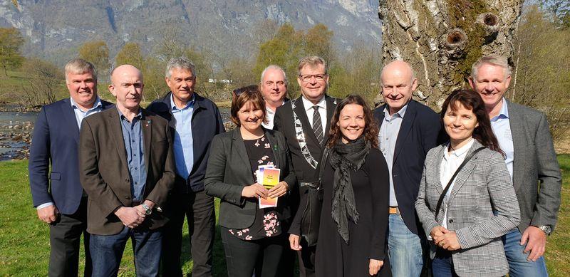 Ordførarane i Sogn regionråd og styreleiar og dagleg leiar i Ungt Entreprenørskap signerte kommuneavtalar på møtet i Aurland. Foto: Ungt Entreprenørskap.