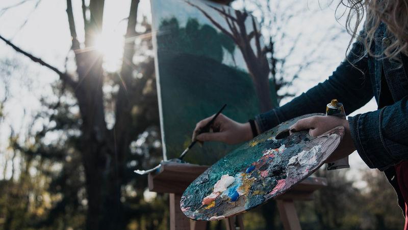 Dame som maler