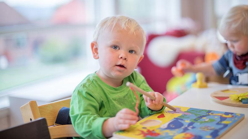 Gutt som maler i barnehagen