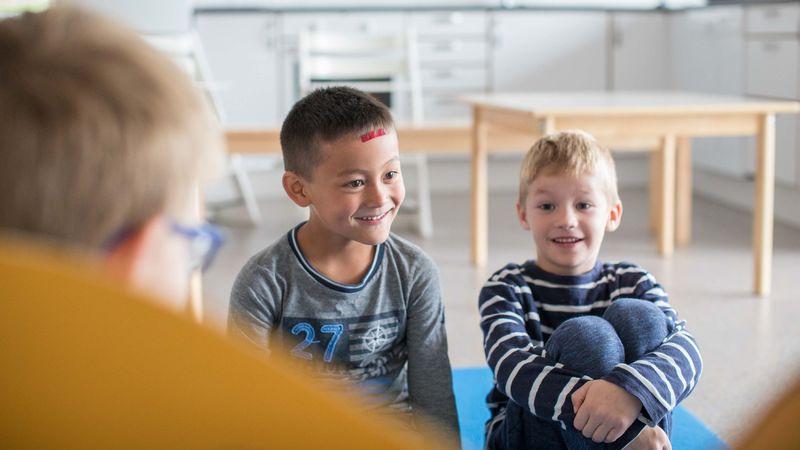 Elever leser for barnehagebarn