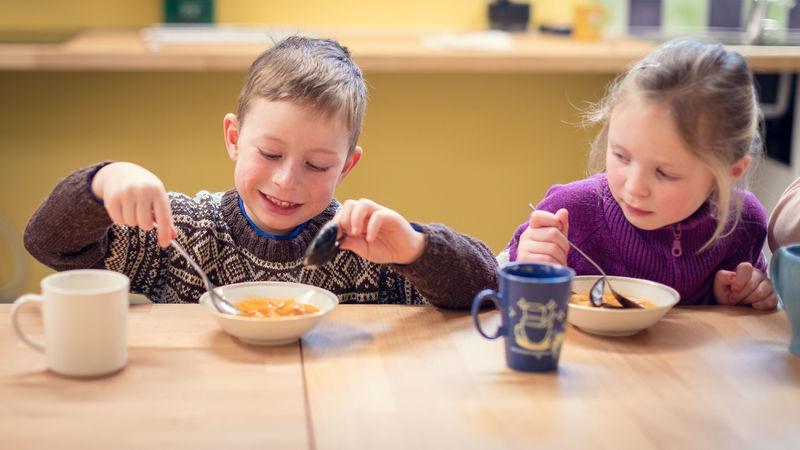 Barn som spiser suppe