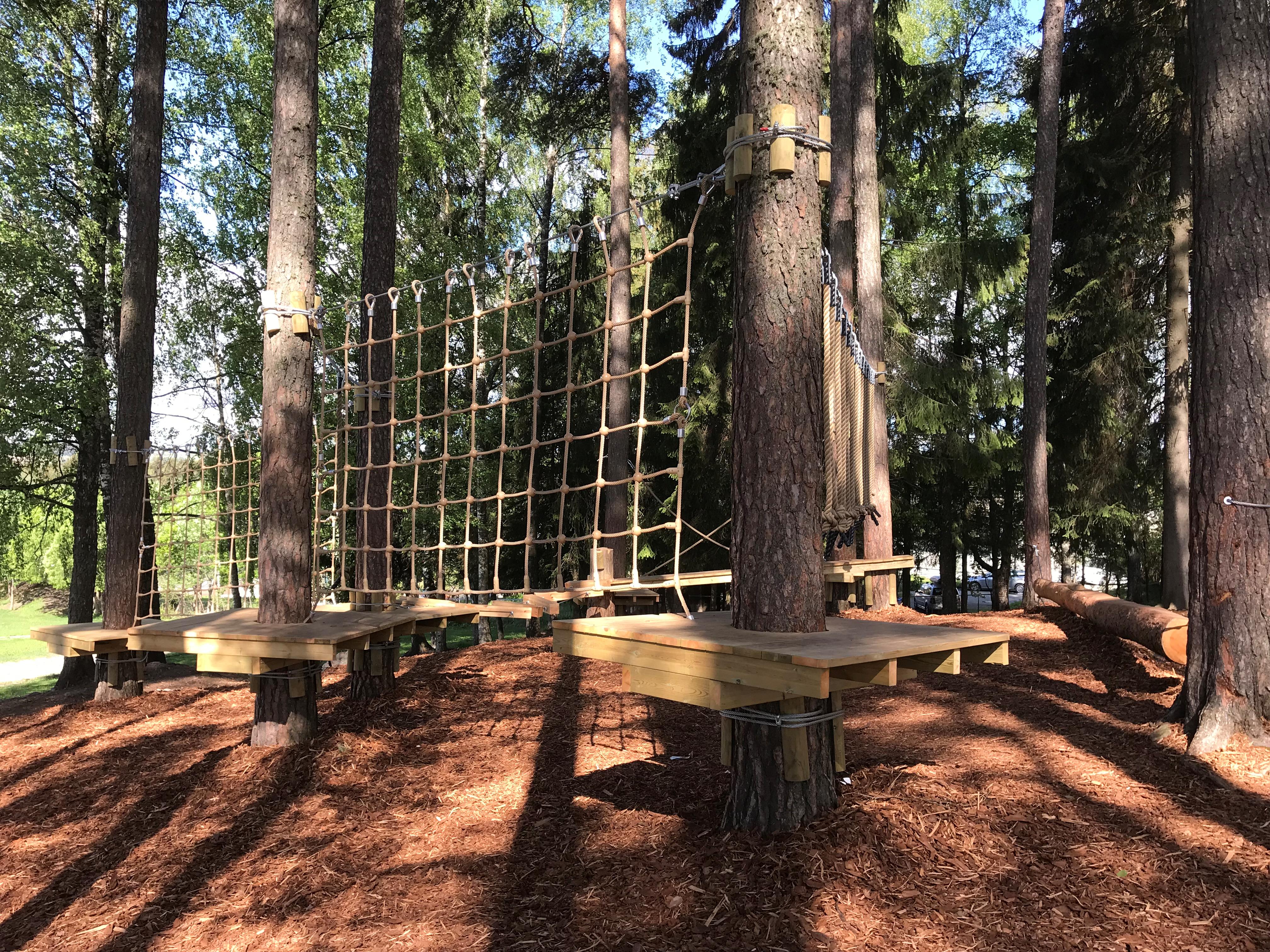 Bilde av klatre-/hinderløypa i skolens skogsområde