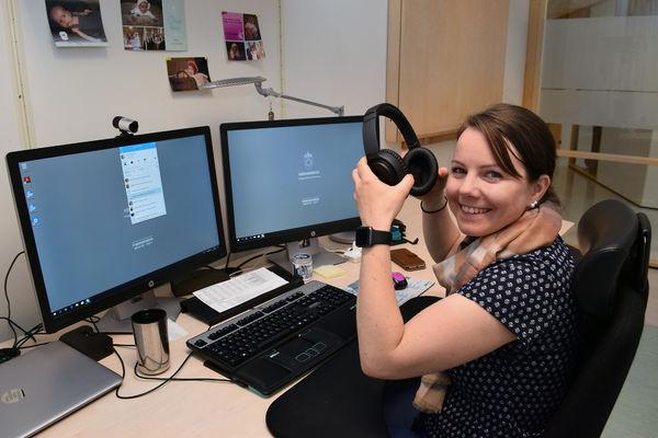 ENKLE TILTAK. Eget kontor, gode hodetelefoner og ekstra PC-skjerm har gitt hørselshemmede Lene Brenneng en bedre jobbhverdag.