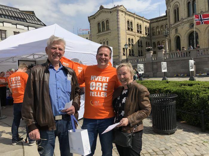 FORNØYDE. Bjørg og Ray Sortvik var takknemlige for tilbudet om gratis hørselstest under HØT-åpningen. Her fikk de gode råd av audiograf Alan Randall.