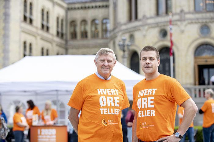 PANGSTART. HLFs forbundsleder Morten Buan (t.v.) og generalsekretær Henrik Peersen var fornøyde med HØT-kampanjens kick-off utenfor Stortinget.