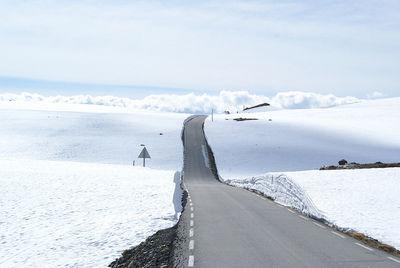 Snøvegen over Aurlandsfjellet