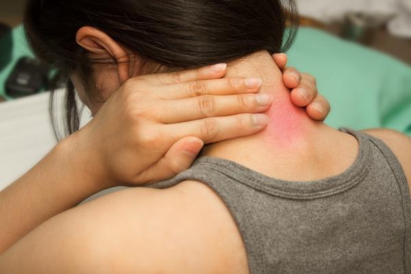 SMERTER. Nakke- og ryggsmerter er sterkt utbredt blant norske arbeidstagere, og er et velkjent problem for hørselshemmede. Illustrasjonsfoto. Colourbox