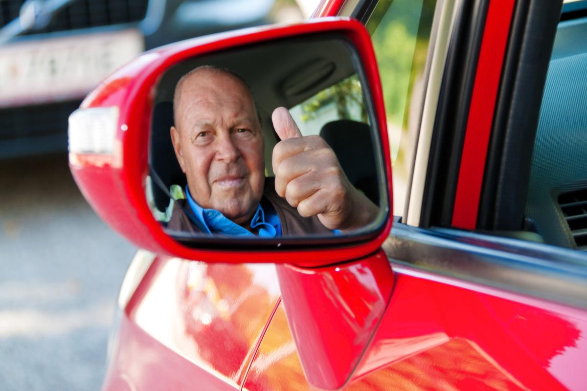 ENKLERE. Grensen for helseattest for eldre bilførere er hevet fra 75 til 80 år. Illustrasjonsfoto Colourbox