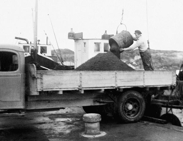 SKUTER c Surnadalsjekta losser sand