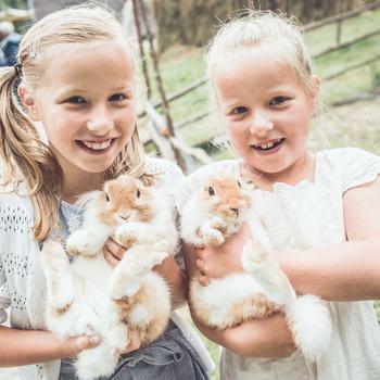 Barn med kaniner