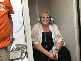 FØRST I BOKS: Kultur - og likestillingsminister Trine Skei Grande var den første politikeren som benyttet sjansen til å ta en hørselstest hos HLFs stand på Arendalsuka.