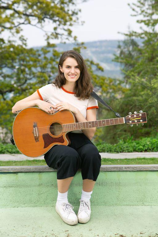 SPILLER HVER DAG. Jenny begynte å spille gitar som 12 åring. 18 år gammel meldte hun seg på talentkonkurransen Idol og ble årets Idol-vinner i 2011. Foto Ellen Jarli