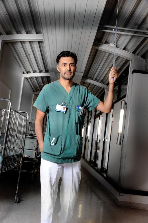 TRAVEL. Jobben som overlege ved hjerteavdelingen på Drammen sykehus er så hektisk at Wasim Zahid glemmer tinnitusen. Nettene er verre, vedgår han.