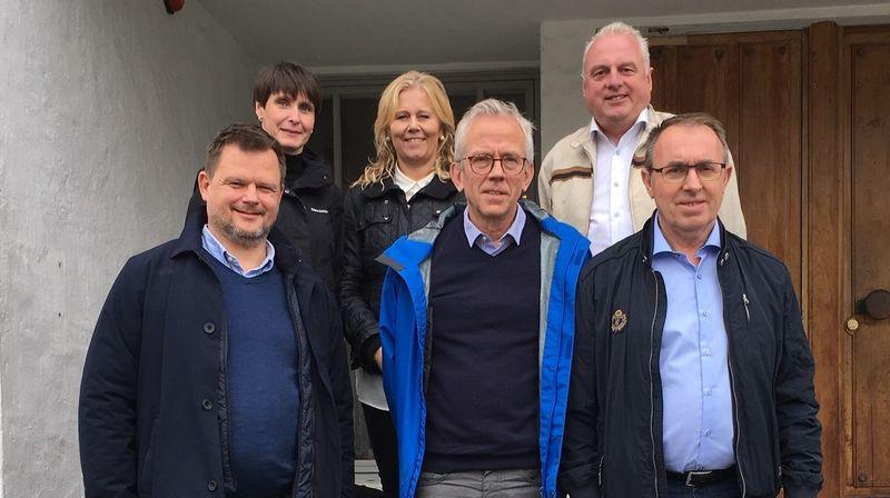 Frå venstre ordførar Jon Håkon Odd, viseinstituttleiar Dagrun Kyrkjebø, rådgjevar Bente Kjørstad Walaker, instituttleiar Georg Førland, ordførar Jan Geir Solheim og ordførar Arild Ingar Lægreid.