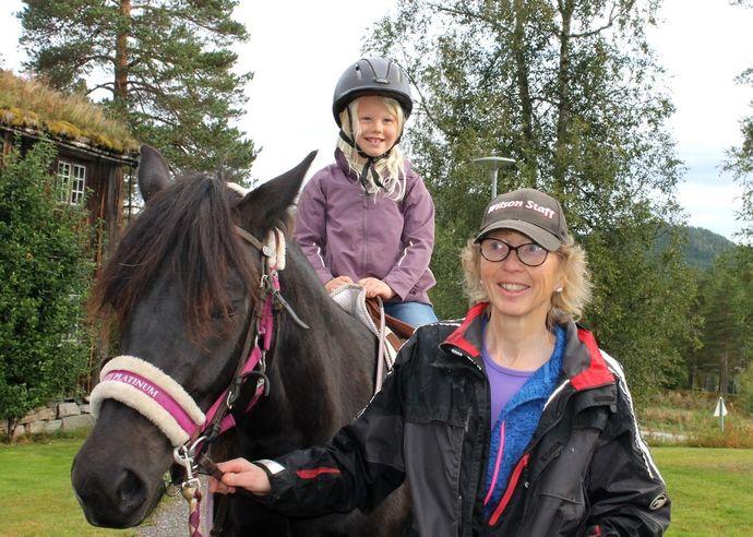 Blid jente til hest