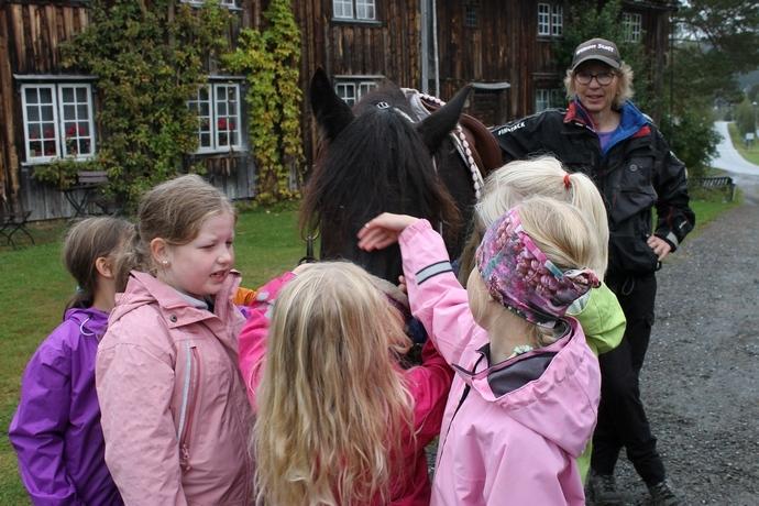 Jenter og hest.JPG