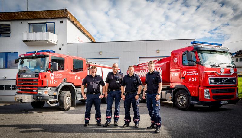 Brannmenn foran brannbiler