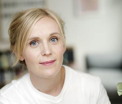 Fargebilete av forfattar Kjersti Annesdatter Skomsvold
