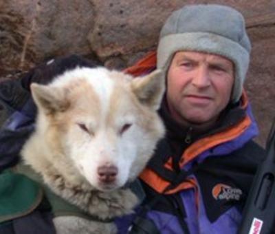 Stein P. Aasheim med hund