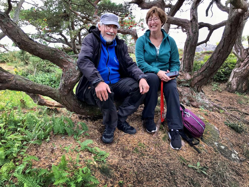 TAKKNEMLIG. Hilde Albeck har mye å takke likeperson Jan Torp Pharo for. Det som startet med samtaler og tinnitushjelp har nå utviklet seg til godt vennskap, ikke minst takket være hobbyen geocaching.