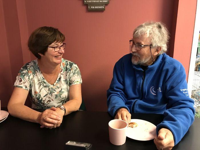 MANGE SAMTALER. Hilde og Jan har tatt mange kaffekoppen etter at de ble kjent for fire år siden. – Vi har vel nærmest snakket oss tom om tinnitus, forteller de.