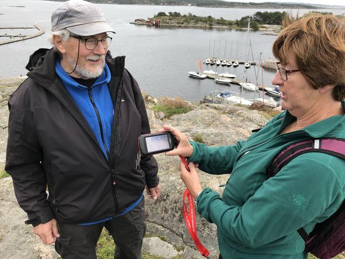 DIGITALE KART. En liten GPS-skjerm eller smarttelefon er ceocacherne Jan og Hilde navigerer etter når de skal finne nye poster (cacher). Disse er utplassert utallige steder både i Østfold, ellers i landet og resten av verden.