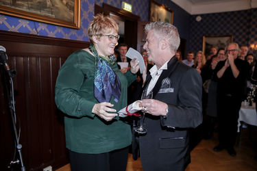 Statsråd Trine Skei Grande delte ut prisen til årets «Veteran» Casino Steel