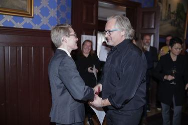 Nestleder Cathrine Nyheim delte ut prisen i klassen studiomusiker til Birger Mistereggen