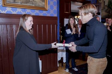 Styremedlem Martha Lyse overrakte prisen i kategorien populærmusikk til Sondre Justad
