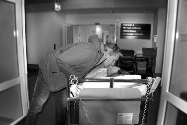 LYKKE TIL Ellen Sagen får et siste lykke-til-kyss fra ektemannen Rolf før hun trilles ned på operasjonsstuen på Rikshospitalet. Foto Marianne Otterdahl-Jensen
