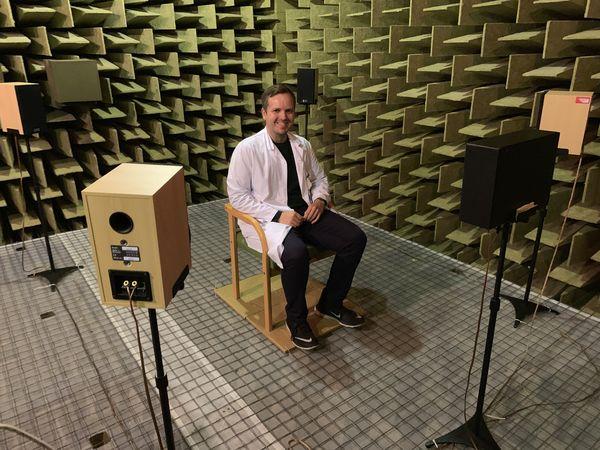 HJERNEAKTIVITET. Peder O. Laugen Heggdal forsker på ensidig hørselstap og hjerneaktivitet. Her i det lydtette rommet på Haukeland sykehus hvor hørselstester foretas.
