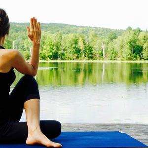 Foto av dame som gjør yoga