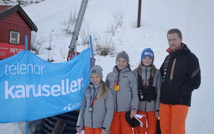 Fra venstre, Selma Heggset, Marianne Svendsen Fiske, Eirin Aasgård og leder for alpintgruppen Anders Grimsmo var arrangører