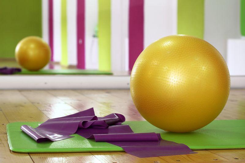 bilde av treningsball, matte og treningsstrikk i sal