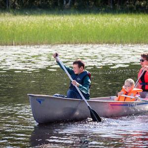Foto av barn og aktivitetsleder på kanotur