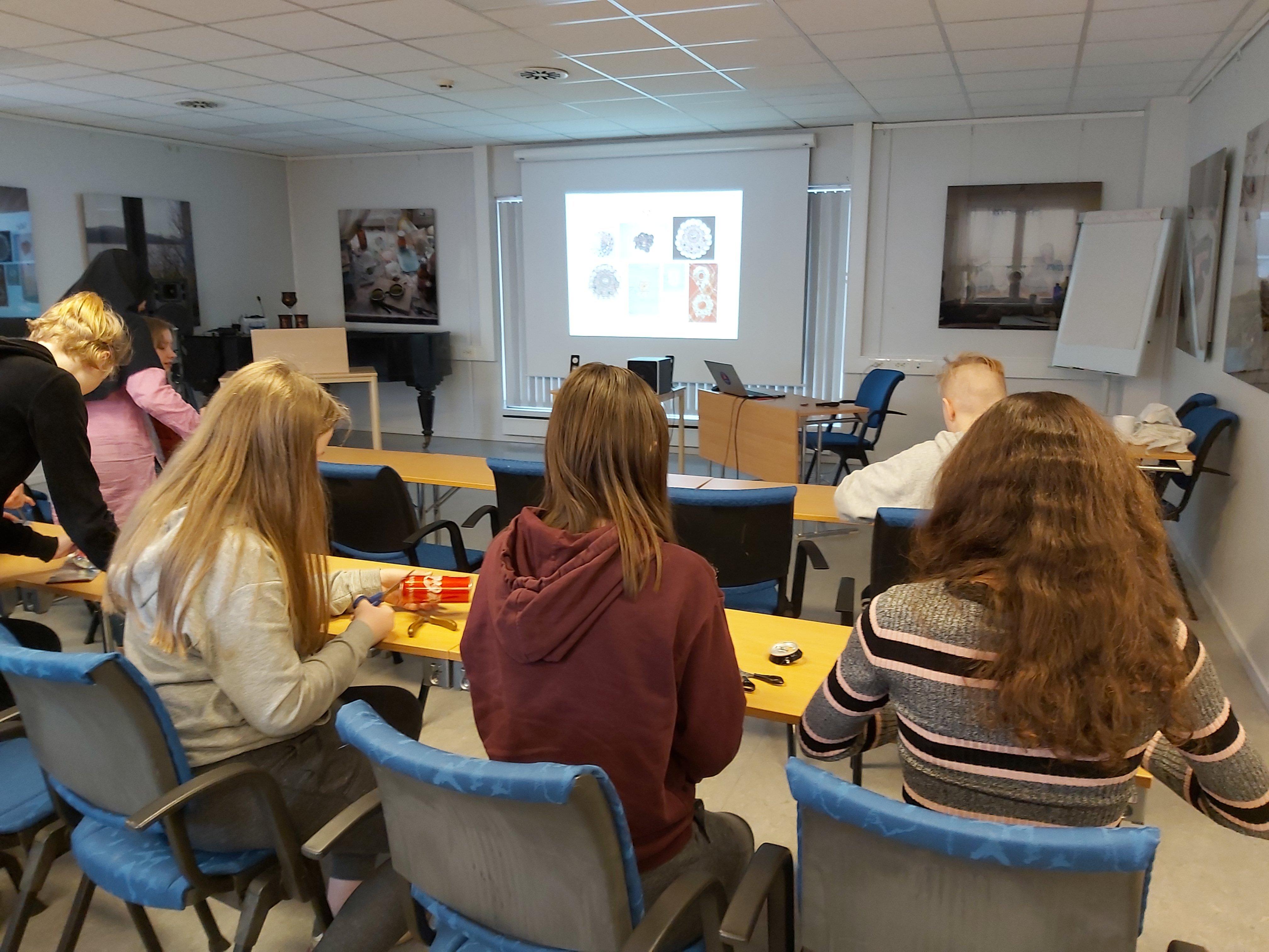 Elevene lærer om samisk kultur