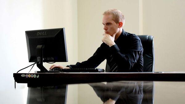 Foto av mann foran datamaskin