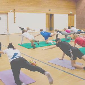 Elever som trener yoga