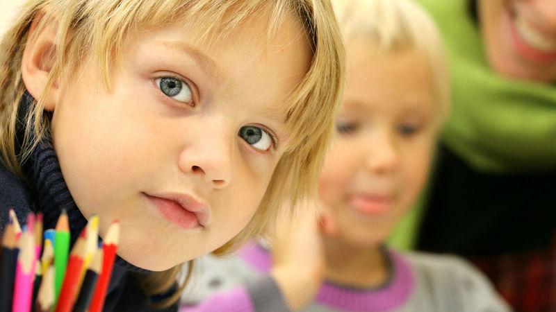 barn som samhandler med en voksen