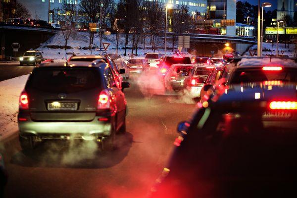 HELSEFARLIG. Tett biltrafikk er den viktigste årsaken til at mennesker blir rammet av helsefarlig støy. Foto. Aftenposten/Ørn E. Borgen