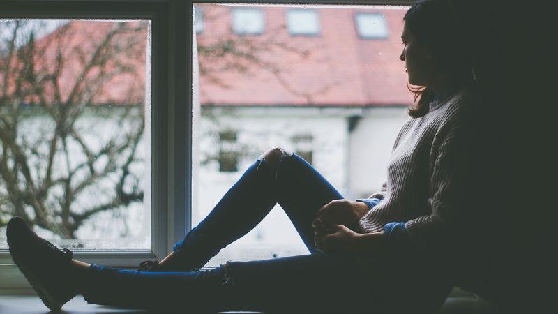 Bilde av jente i vindu