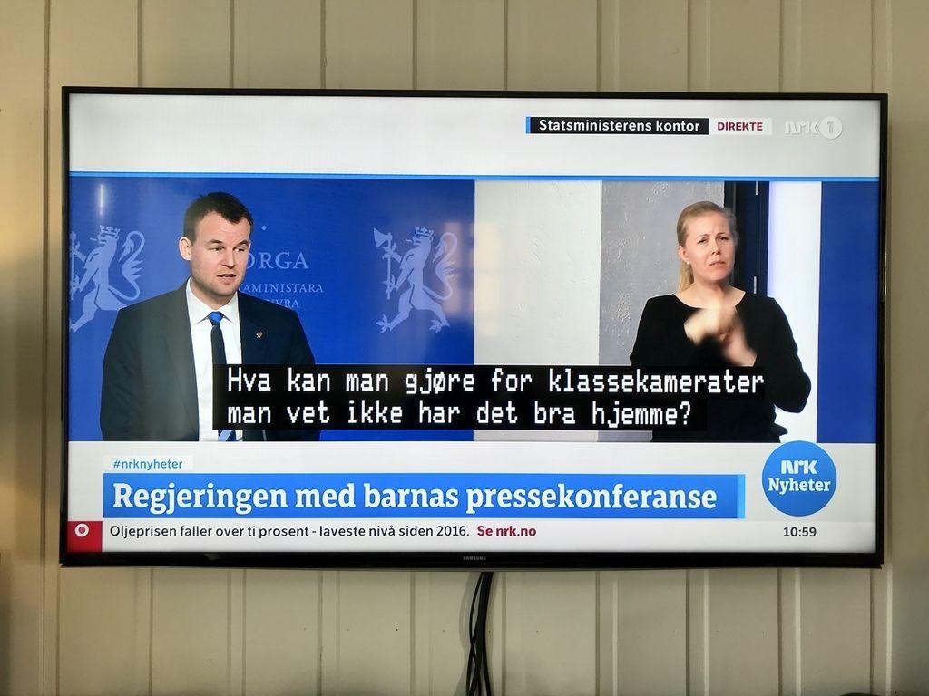 BÅDE OG. Pressekonferansen for barn mandag 16. mars, der blant andre barne- og familieminister Kjell Ingolf Ropstad svarte på spørsmål, ble tegnspråktolket og tekstet.