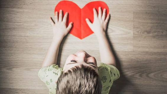 Gutt som har et hjerte på pulten