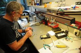 HENDENE FULLE. Servicetekniker Atle Johansen hos Resound i Oslo er en av mange serviceteknikere som har hendene fulle med å reparere høreapparater om dagen. Foto. Tor Slette Johansen