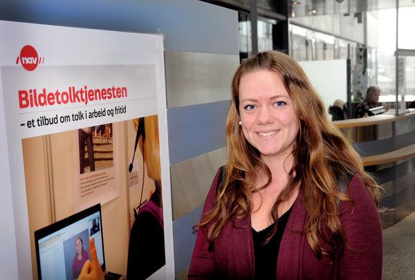 DIGITALHJELP. Solfrid Hauger Rudningen, skrivetolkkoordinator ved Tolketjenesten, har travle dager. Hørselshemmede må på grunn av smittefaren hjelpes via bildetolking. Foto. Tor Slette Johansen