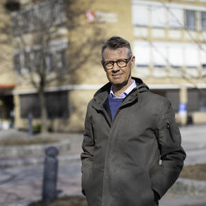 Kommunalsjef Håvard Haug utenfor kommunebygget i Brumunddal