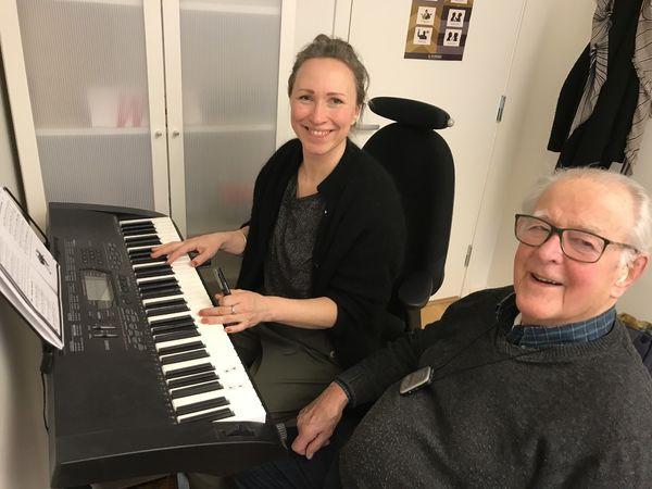 SPORTY. Knut Eide har ikke sunget på årevis, men under musikktreningen med Guri Engernes Nielsen synger han solo med glede. Foto. Bjørg Engdahl